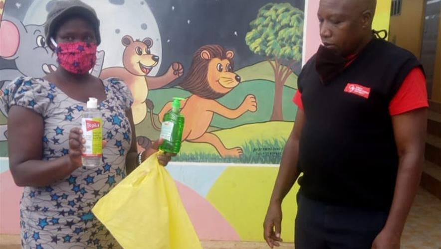 Mat, munnbind, såpe etc til Kibera slummen i Kenya