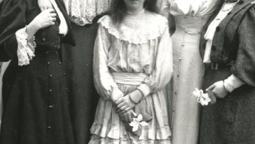Bidra.no - Help Hedda Gabler get dressed!!